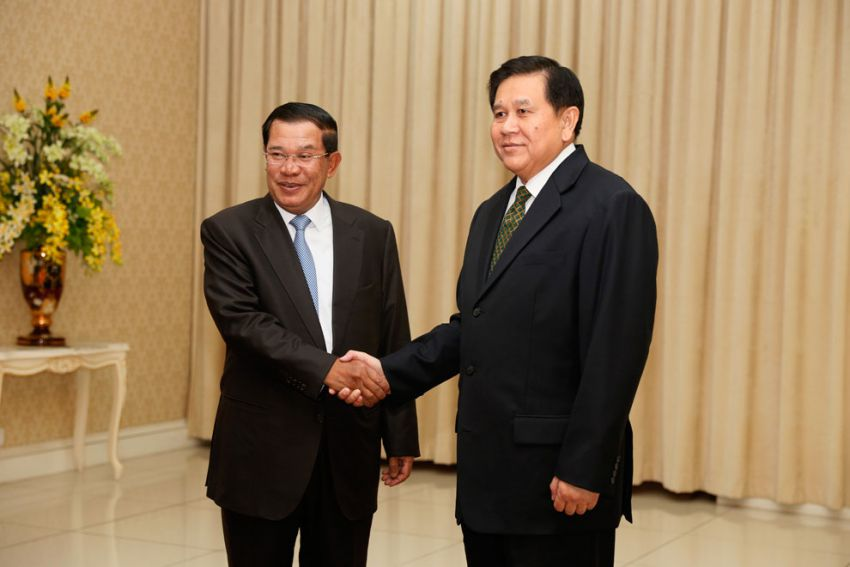 Prime Minister Hun San shook hand with Tanasak Patimapregom, Thai Minister of Foreign Affairs at Peace Palace last month. Hong Mina
