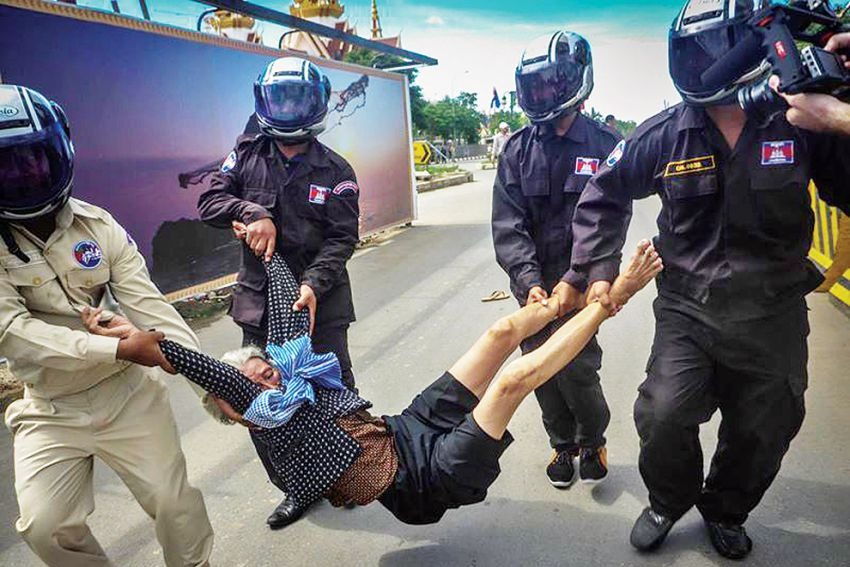 Authority Officers lifted a Boeung Kak lake woman protester for her land and house recently.